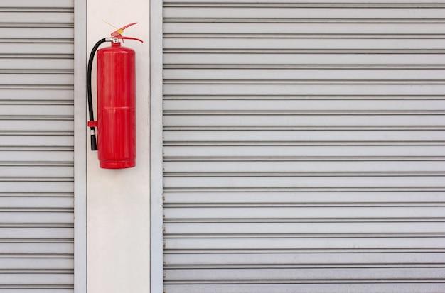 Extintor de incêndio na porta do obturador em casa