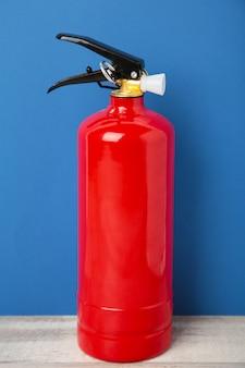 Extintor de incêndio no fundo azul