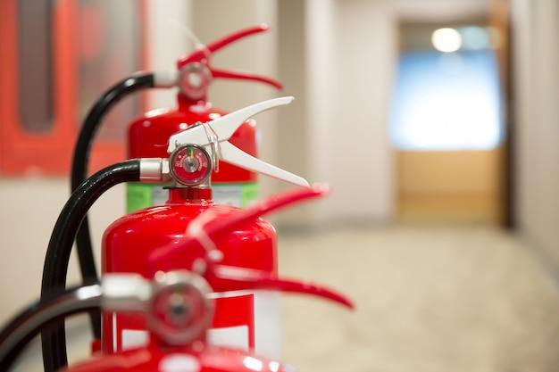 Extintor de incêndio vermelho.