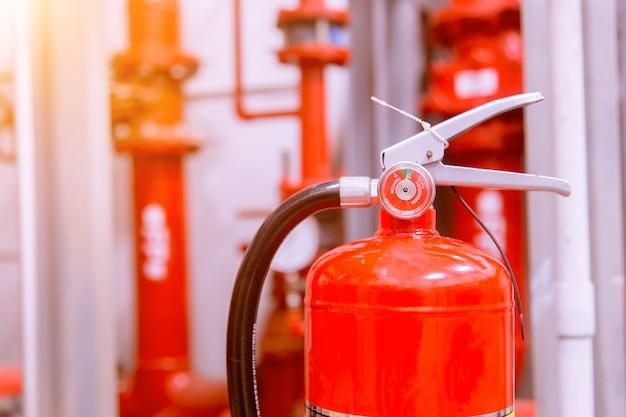 Extintor vermelho de tanque de incêndio visão geral de um poderoso sistema industrial de extinção de incêndio.