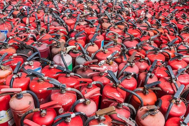 Extintores de incêndio antigos e não utilizados