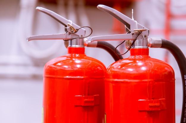 Extintores de incêndio disponíveis em emergências de incêndio.