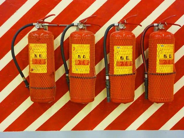 Extintores de incêndio na parede, prontos para uso