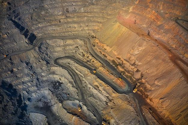 Extração de minerais com a ajuda de equipamentos especiais na luz quente da noite na pitoresca ucrânia. foto aérea panorâmica de drone