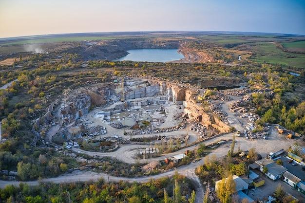 Extração de minerais com a ajuda de equipamentos especiais perto de um pequeno lago na luz quente da noite na pitoresca ucrânia