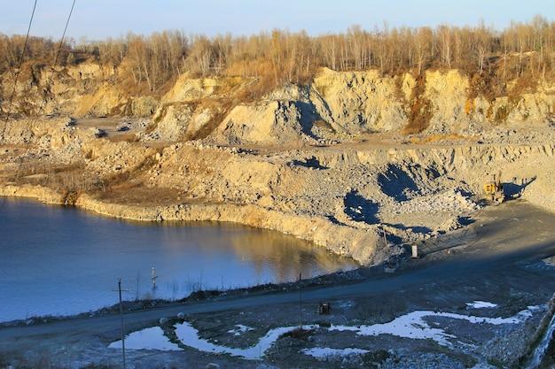 Extração de recursos minerais na pedreira de granito