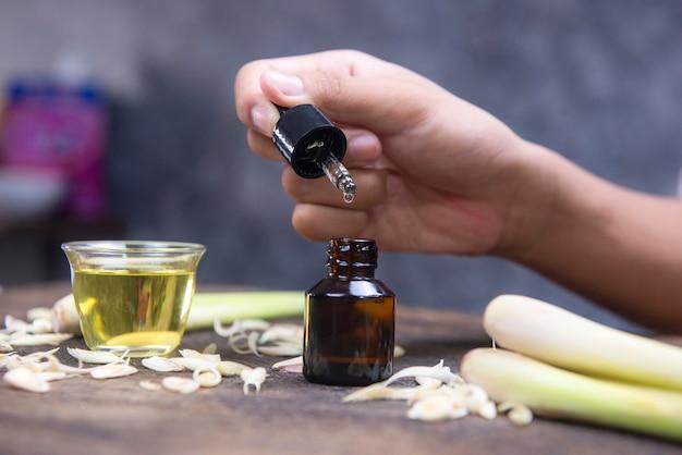 Extraído de capim-limão tem muitas propriedades para o tratamento
