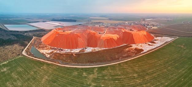 Extraindo minerais minerais de potássio e magnésio de mineração grande escavadeira montanha resíduos de minério belarus soligorsk colinas artificiais lixões de produção de potássio salihorsk problema ecológico panorâmico