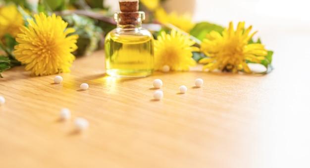 Extrato de dente-de-leão de celandine em um frasco pequeno, tratamento, remédio, tintura. seletivo focus.nature