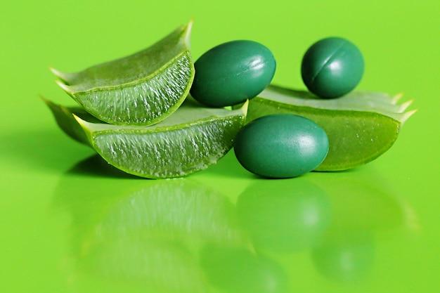 Extrato natural orgânico de aloe em cápsulas verdes. bio aditivos alimentares. beleza e saúde