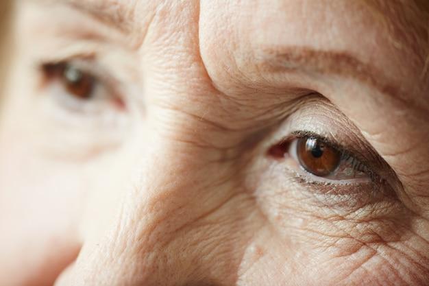 Extremo close-up da triste mulher idosa