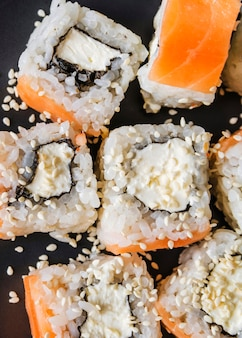 Extremo close-up tiro de sushi com sementes
