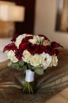 Exuberante buquê de noiva de flores exóticas closeup fundo desfocado conceito de cartão postal de casamento