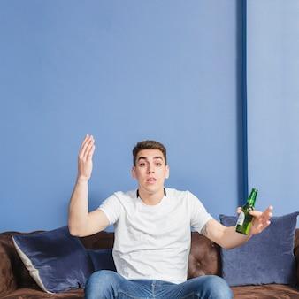 Fã de futebol perguntando por que no sofá
