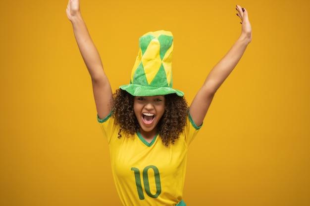 Fã de mulher brasileira comemorando no futebol
