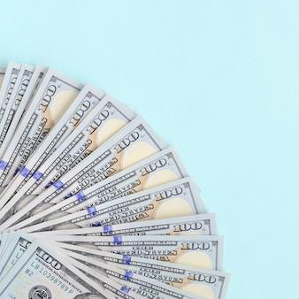 Fã de notas de um dólar americano de um novo design encontra-se em um fundo azul claro