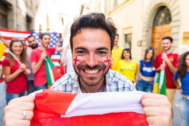 Fã feliz com torcedor de bandeira de inglaterra no jogo internacional