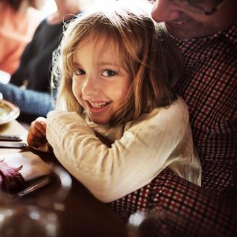 Faather que abraça o conceito da celebração da ação de graças da filha