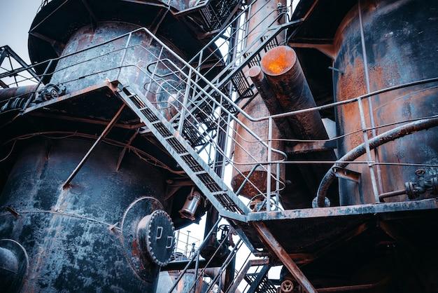 Fábrica abandonada e gasoduto