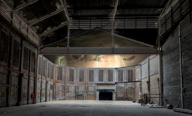 Fábrica abandonada na noite de tempestade