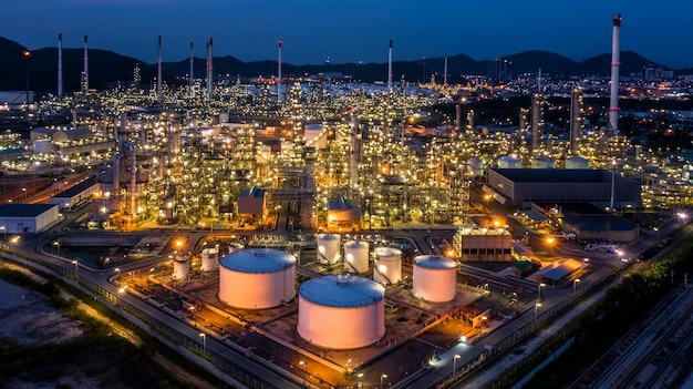 Fábrica da planta de refinaria de petróleo da vista aérea no crepúsculo.
