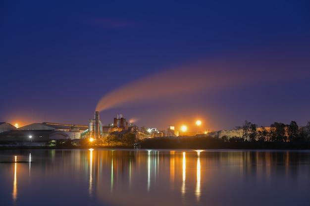 Fábrica de cana-de-açúcar à noite longa exposição