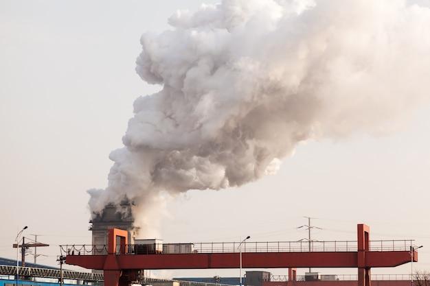 Fábrica de chaminé que faz a poluição do ar