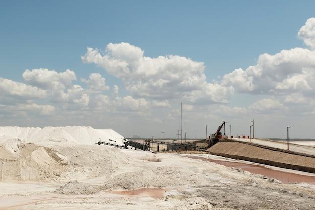 Fábrica de colheita e refinação de sal rosa no yucatan