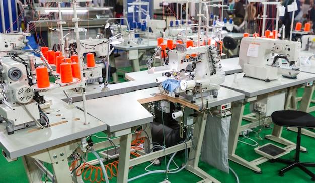 Fábrica de costura, ninguém, máquinas overloque