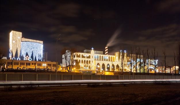 Fábrica de doces de kiev iluminada no natal