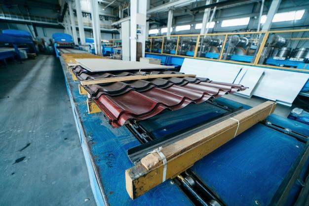 Fábrica de fabricação de telhas de metal. chapa de aço