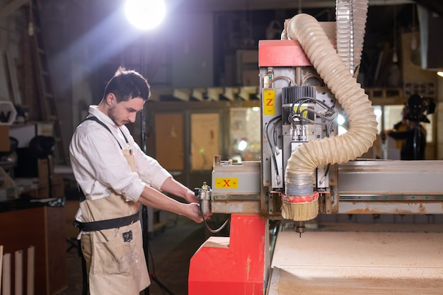Fábrica de móveis, pequenas empresas e conceito de pessoas - sério concentrado bonito barbudo trabalhador da fábrica de móveis