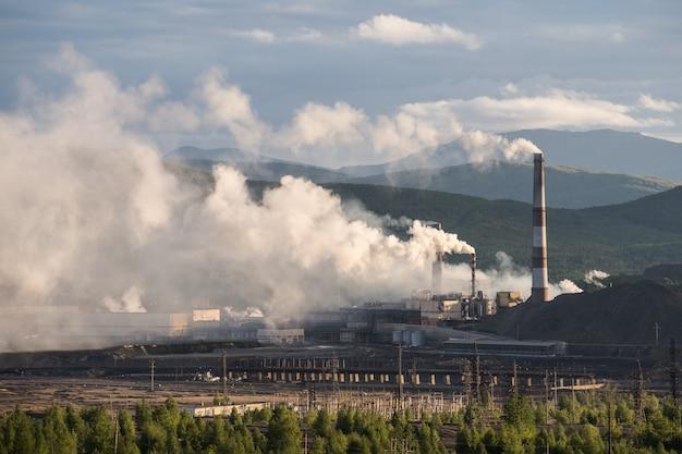 Fábrica de produtos químicos com chaminé