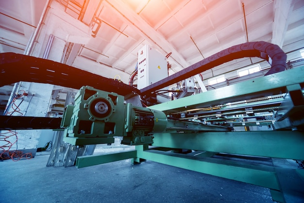 Fábrica para produção de janelas e portas em alumínio e pvc. detalha o equipamento industrial.