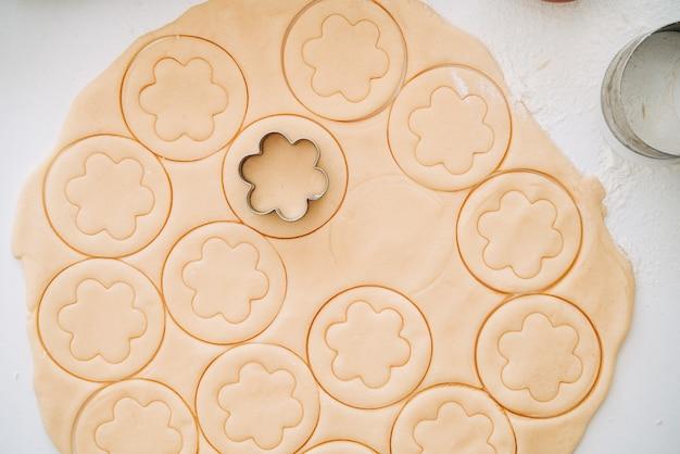 Fabricação de biscoitos redondos de massa quebrada