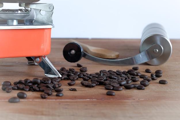 Fabricação de café quente em tubo de laboratório com grão de café na mesa de madeira.