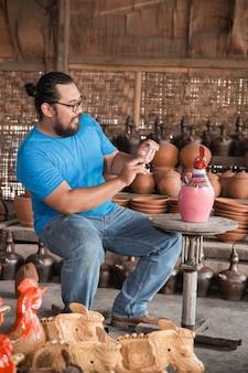 Fabricação de cerâmica tirando foto do produto