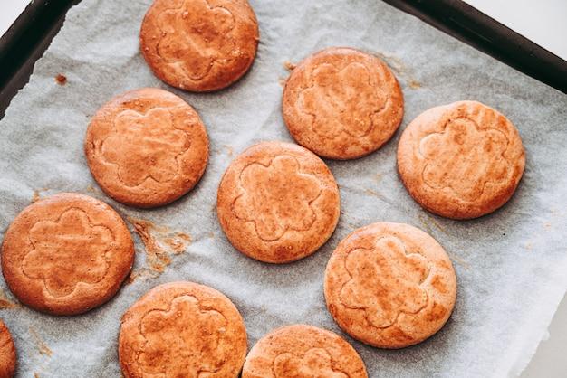 Fabricação de deliciosos biscoitos redondos de massa quebrada no café da manhã