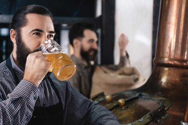 Fabricação de gosto de cerveja artesanal na cervejaria moderna.