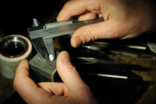 Fabricação de jóias.