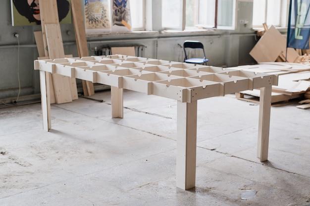 Fabricação de mesa na oficina de carpintaria.