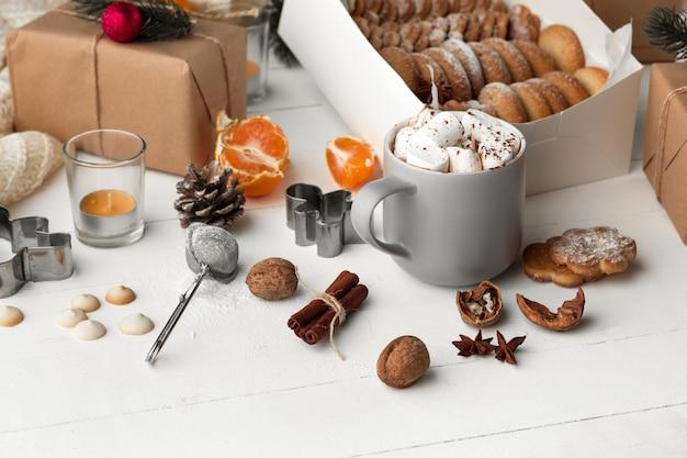 Fabricação de padaria caseira, biscoitos de gengibre em forma de close de árvore de natal.