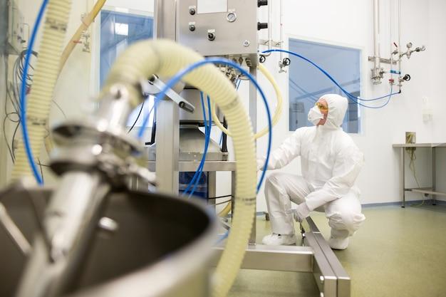 Fabricação de produtos farmacêuticos em laboratório de química, conceito de desenvolvimento