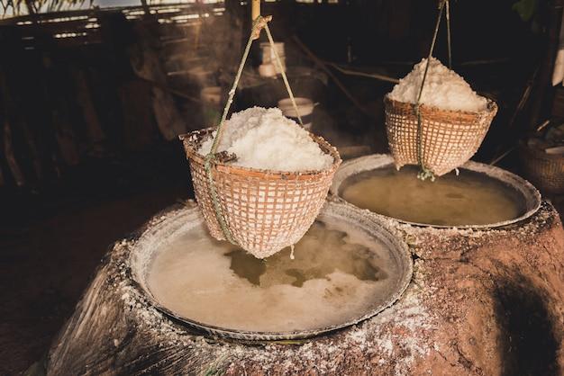 Fabricação de sal tradicional no distrito de boklua, província de nan