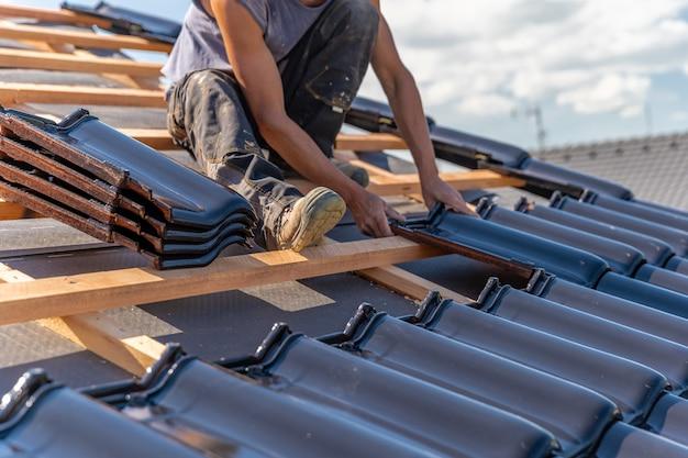 Fabricação de telhado de casa de família em telhas de cerâmica. copie o espaço