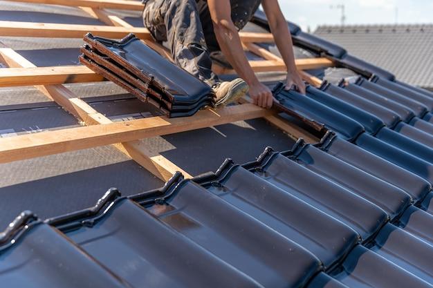 Fabricação de telhado de casa de família em telhas de cerâmica