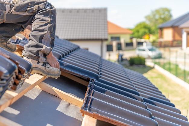 Fabricação do telhado de uma casa de família a partir de telhas cerâmicas