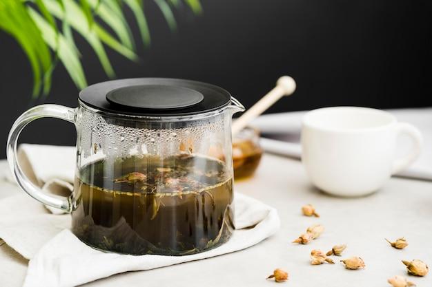 Fabricante de chá de alto ângulo e plantas secas