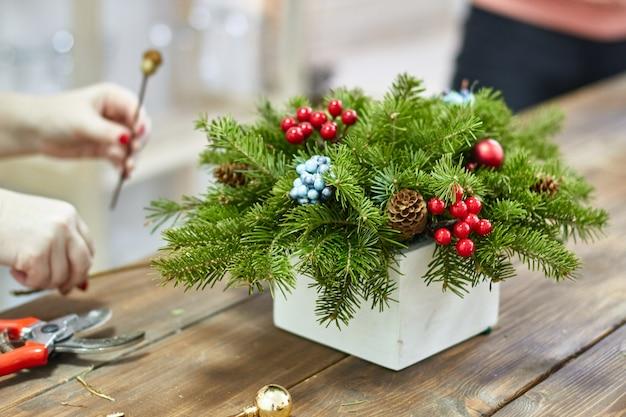 Fabricante de decoração de natal com as próprias mãos