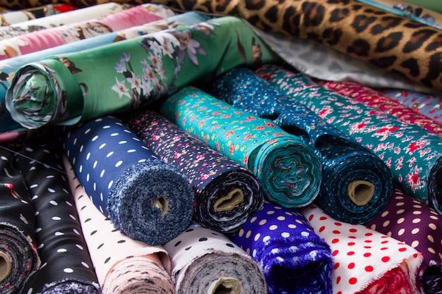 Fabrique seda e tecido na prateleira da loja, multicolor e muitos padrões, seda enrolada no mercado em tbilisi
